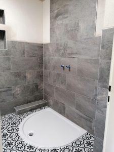 Badezimmer Renovierung: Wand- und Bodenfliesen